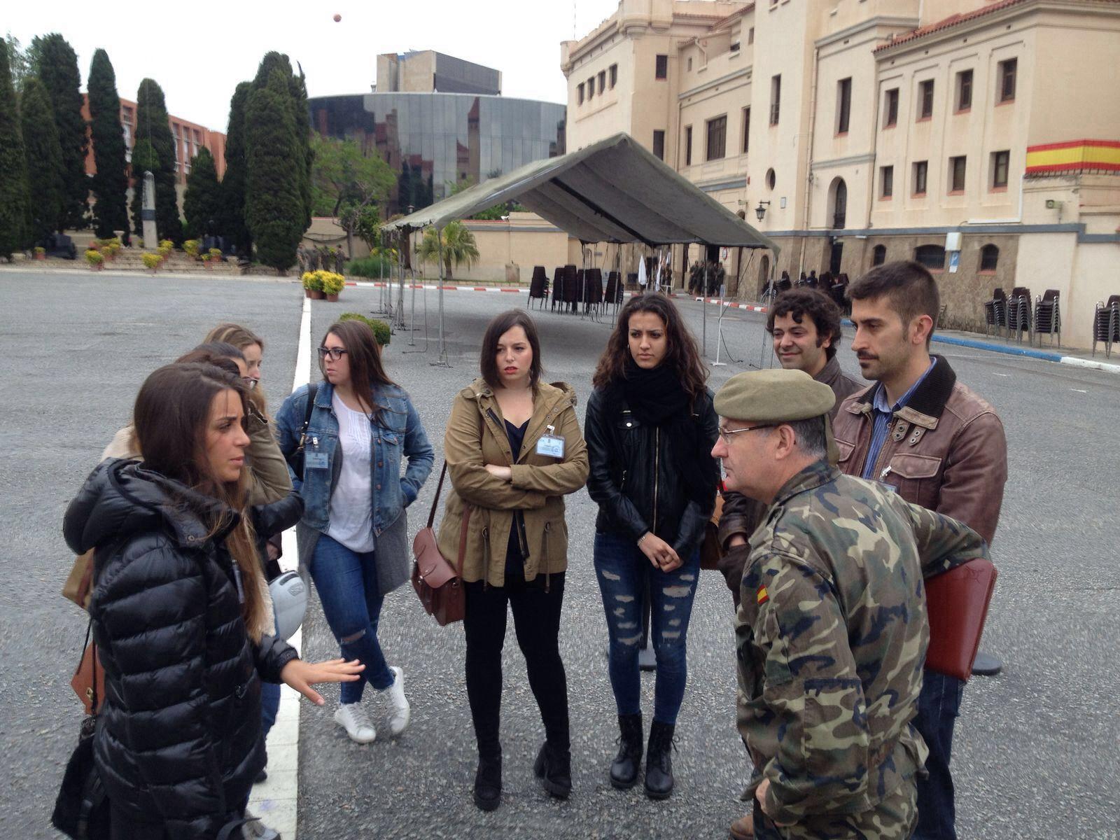 Alumnas de EIP Barcelona asisten al ensayo general de una jura de bandera en el cuartel del Bruch